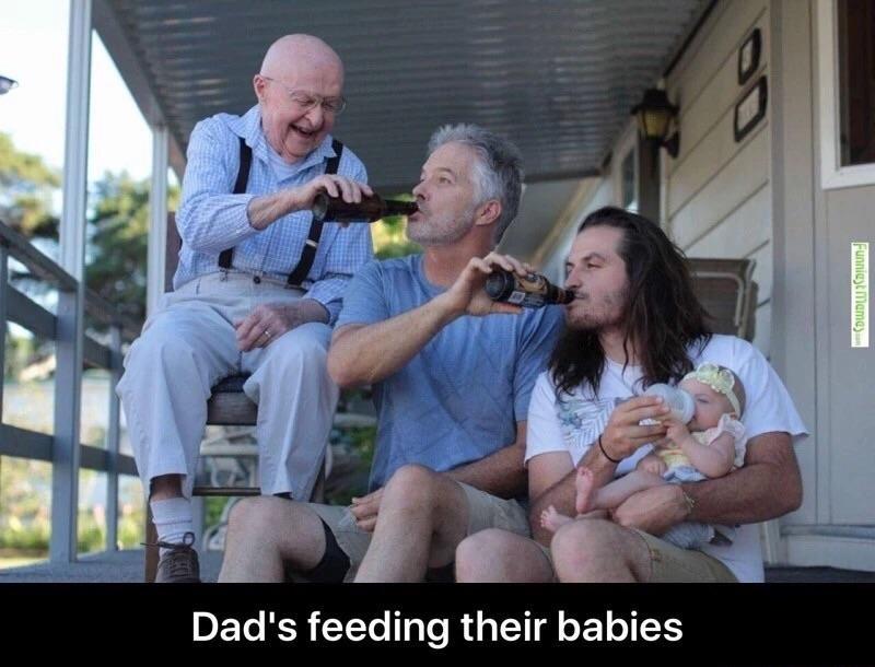 Papás alimentando a sus bebés