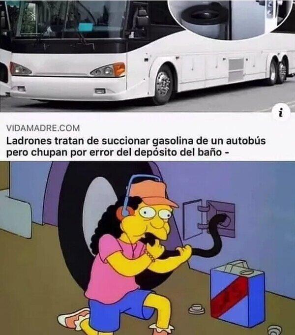 Roban gasolina de un autobús succionando
